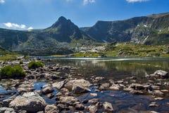 Ansicht des Trefoil Sees, Rila-Berg, die sieben Rila Seen, Bulgarien Lizenzfreie Stockfotos