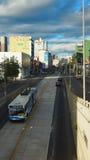 Ansicht des TROLEBUS, welches die Allee 10 de Agosto im nördlichen Teil der Stadt kreuzt Lizenzfreie Stockfotos