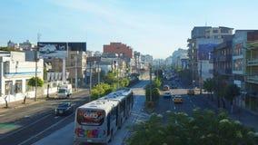 Ansicht des TROLEBUS, welches die Allee 10 de Agosto im nördlichen Teil der Stadt kreuzt Lizenzfreies Stockbild