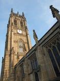 Ansicht des Turms und des Hauptgebäudes des historischen St- Petersmünsters in Leeds, früher, welches die Gemeindekirche im Jahre lizenzfreie stockbilder