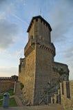 Ansicht des Turms vom Hof der Festung von Guaita stockfotografie