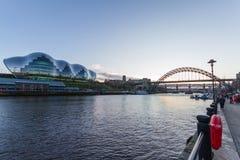 Ansicht des Tyne-, Sage Gateshead-Konzertsaals und des Tyne-bri Lizenzfreies Stockbild