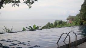 Ansicht des Unendlichkeitspools am Hügel Meerblick auf dem Hintergrund stock video