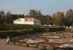 Ansicht des unteren Gartens und Malereien von der Terrasse des Hauses des großartigen Palastes Oranienbaum Russland Stockfoto