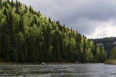 Ansicht des Ural-Flusses Usva, das Chusovaya-Steuerbare lizenzfreies stockbild