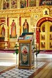 Ansicht des vergoldeten Altars mit Ikonen in der russischen Kirche Lizenzfreies Stockfoto