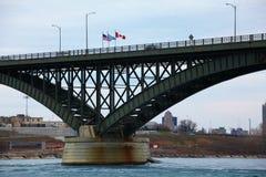 Ansicht des Verkehrs auf der Friedensbrücke Lizenzfreie Stockfotos