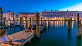 Ansicht des verlassenen Rialto-Markttages zum Nacht-timelapse nach Sonnenuntergang, Venedig, Italien sah vom Pier über dem großar stock footage