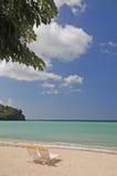 Ansicht des verlassenen Strandes und der Stühle Stockfotografie