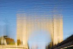 Ansicht des Verschlusses auf der Wolga nahe Uglich Lange Schatten und blauer Himmel Stockfotografie