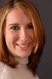 Ansicht des vollen Gesichtes einer lächelnden attraktiven jungen Frau Stockfotos