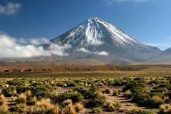 Ansicht des Vulkans Licancabur Stockfotos