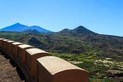 Ansicht des Vulkans von der Straße Stockbilder