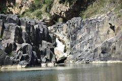 Ansicht des Wasserfalls des Wassers zwischen den Steinen Lizenzfreie Stockfotografie