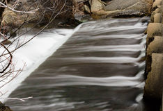 Ansicht des Wassers fallend von den Rohren Stockfoto