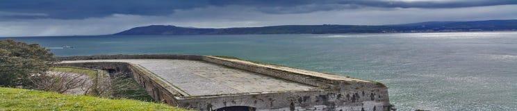Ansicht des Wassers von der Wand des alten Forts Stockfotos