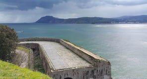 Ansicht des Wassers von der Wand des Forts Stockfotos