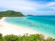 Ansicht des weißen Strandsandes und des Meeres Stockfotografie