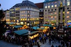 Ansicht des Weihnachtsmarktes in Marienplatz München lizenzfreie stockfotos