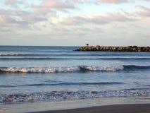 Ansicht des Wellenbrechers Mar del Plata-Strandes Buenos Aires Argentinien lizenzfreie stockfotografie