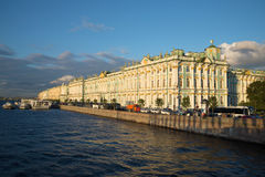 Ansicht des Winter-Palastes von der Palast-Brücke, August-Abend St Petersburg Lizenzfreie Stockfotografie