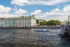 Ansicht des Winter-Palastes von Neva Fluss Lizenzfreies Stockbild
