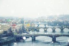 Ansicht des Winters Prag mit Charles Bridge, Tschechische Republik lizenzfreie stockbilder