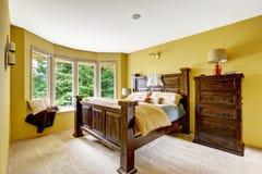 Ansicht des Wohnzimmers von der Eingangshalle mit Geländern und Treppe Luxusschlafzimmerinnenraum mit reichem hölzernem fu Stockbild