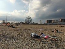 Ansicht des Wunder-Rades von Coney Island-Strand Stockbild