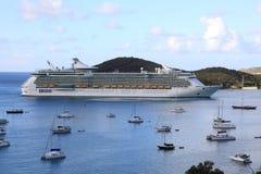 Ansicht des Yacht-Hafens und königliche karibische Freiheit der Meere Lizenzfreie Stockfotografie