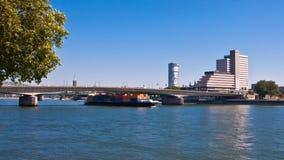 Ansicht Deutschland Köln-, Geschäftsgebiet-Fluss lizenzfreies stockfoto