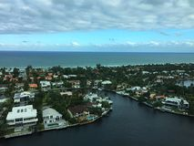 Ansicht, die eine Ozeanufer-Stadt übersieht Lizenzfreie Stockbilder
