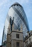 Ansicht, die oben dem ikonenhaften Essiggurken-Gebäude, London Großbritannien betrachtet Kirche von St. Andrew Undershaft ist im  lizenzfreie stockfotografie