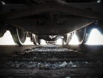 Ansicht, die unter einen Zug liegt Lizenzfreie Stockfotografie