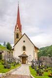 Ansicht am Dorf chuch von Onies Onach in den Dolomit von Italien Lizenzfreie Stockbilder