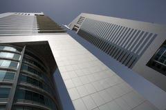 Ansicht Dubais UAE von Emirat-Türmen auf Sheikh Zayed Road in Dubai stockbilder