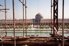 Ansicht durch das Baugerüst auf dem Bereich des Imams Square mit Moscheen Lizenzfreies Stockbild