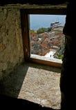 Ansicht durch das Fenster der Stadt Lizenzfreie Stockbilder