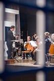 Ansicht durch das Fenster am Orchester Stockfotografie
