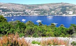 Ansicht durch das lokrum islan nach Dubrovnik Kroatien lizenzfreie stockbilder