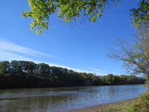 Ansicht durch den Fluss Stockbilder