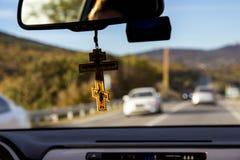 Ansicht durch die Autowindschutzscheibe lizenzfreies stockbild
