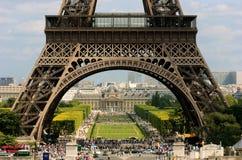 Ansicht durch Eiffelturm Stockbild