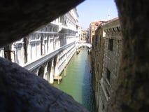 Ansicht durch ein venetianisches Fenster Lizenzfreies Stockfoto