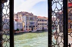 Ansicht durch ein venetianisches Fenster am Kanal groß lizenzfreies stockfoto