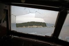 Ansicht durch eine zerbrochene Fensterscheibe lizenzfreie stockbilder