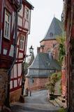 Ansicht durch einen Abstand zwischen Fachwerk- Häusern in der alten Stadt Lizenzfreie Stockfotos
