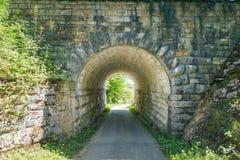 Ansicht durch einen alten Tunnel, über dem der Zug reist Stockfoto