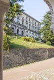 Ansicht durch einen Bogen am Museum Udine Lizenzfreies Stockbild