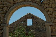Ansicht durch einen Torbogen einer Ruine Stockbild